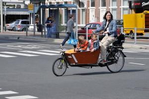 Ballenbak - Nederlands: Bakfietsmoeder op de Laan van Nieuw Oost-Indië in Den Haag. Creative commons license.