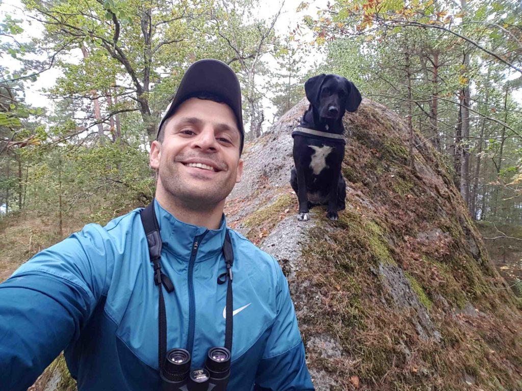 En bild på Haoujin Gezeni och hans hund Nooni i skogen.